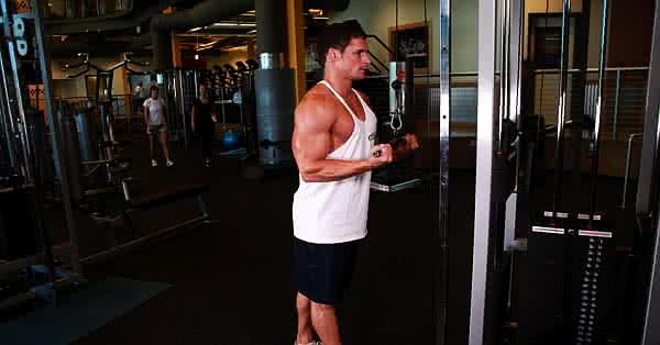 Tricepsz gyakorlat csigás gépen.