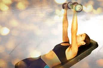 Női mell edzés - nyomás ferdepadon kézisúlyzóval