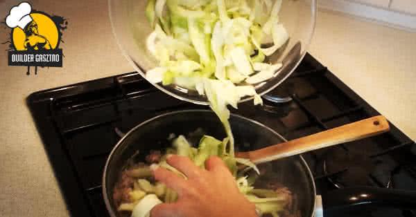 Cukkinis tészta pulykával - elkészítés