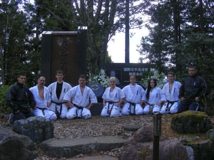 A stílusalapító Sosai Oyama emlékműve előtt